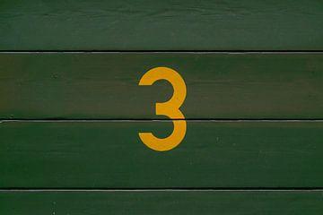 Gele 3 op groen hout