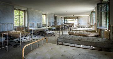 Betten in einem verlassenen Krankenhaus von Inge van den Brande