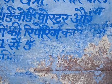 Textur und blaue Malerei an einer Wand in Jodhpur, Indien von Teun Janssen