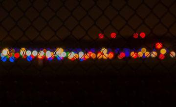 licht achter her hek van Bart Hagebols