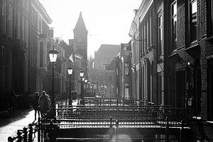 Tegenlicht in Utrecht: De Drift in Utrecht in zwartwit met sterk tegenlicht richting de Nobelstraat. van