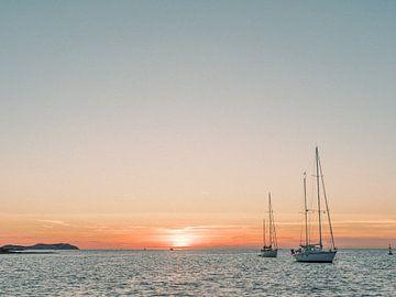Zeilboten tijdens de zonsondergang op Ibiza van Youri Claessens