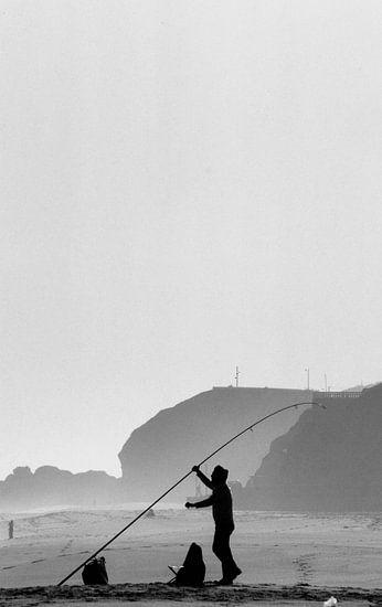 Vissen in de winter op een Portugees strand van Paul Teixeira