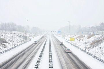 Schneesturm auf der A9 bei Amsterdam in den Niederlanden im Winter von Nisangha Masselink