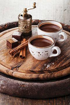 12275491 Warme chocolademelk bestrooid met witte chocolade en specerijen op donkere houten achtergro van BeeldigBeeld Food & Lifestyle