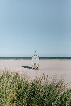 Drenkelingenhuisje van Terschelling || Boschplaat Nederland Kust Strand Zee Duinen Helmgras Minimali von Manon Galama
