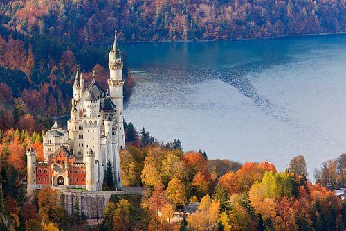Neuschwanstein Castle in Autumn Colours van Henk Meijer Photography