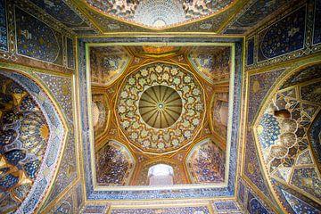 Kleurrijke plafond en interieur van de Sher Dor (Lion) Madrassa moskee in Samarkand, Uzbekistan van WorldWidePhotoWeb