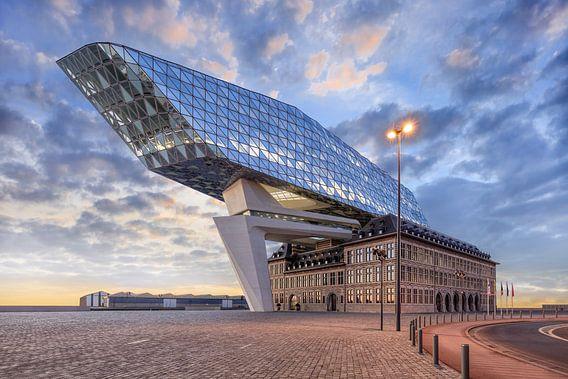 Havenhuis Antwerpen bij schemering met dramatische wolken