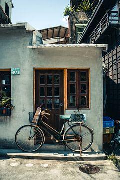 Fiets met mandje in de straten van Tainan, Taiwan van Expeditie Aardbol