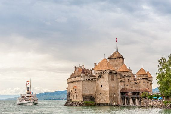 A steamboat approaches the castle of Chillon, near the town of Montreux (Switzerland). van Carlos Charlez