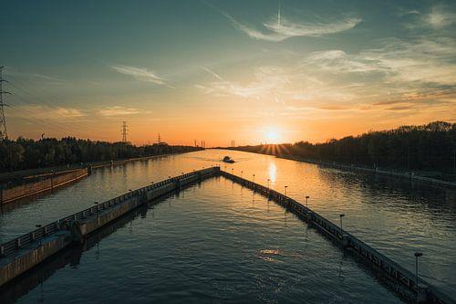 Zonsondergang op het Albertkanaal van