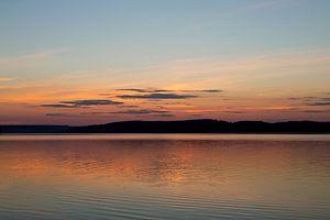 Zonsondergang boven een meer in Zweden, reisfotografie.