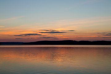 Coucher de soleil sur un lac en Suède, photographie de voyage.