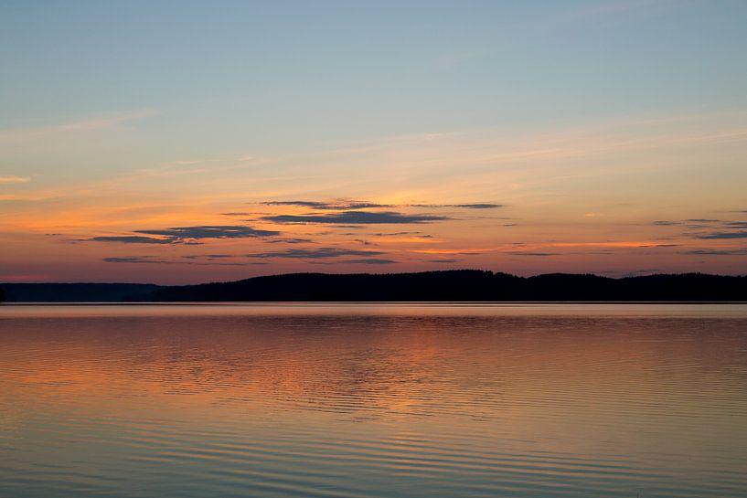 Zonsondergang boven een meer in Zweden, reisfotografie. van Eyesmile Photography