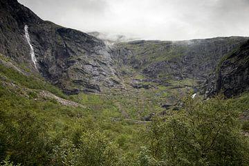 Landschaft mit einem Berghang der Trollstigen-Route in Norwegen an einem nebligen Morgen von Karijn Seldam