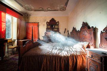 Verlassenes Schlafzimmer voller Staub. von Roman Robroek