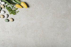 Gele tulpen en decoratieve eieren van