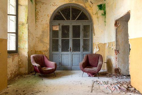 Stühle in einem Flur. von Roman Robroek
