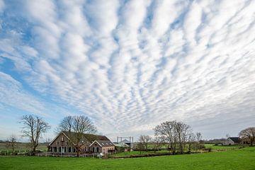 Schöne Wolken über traditionellem Bauernhof