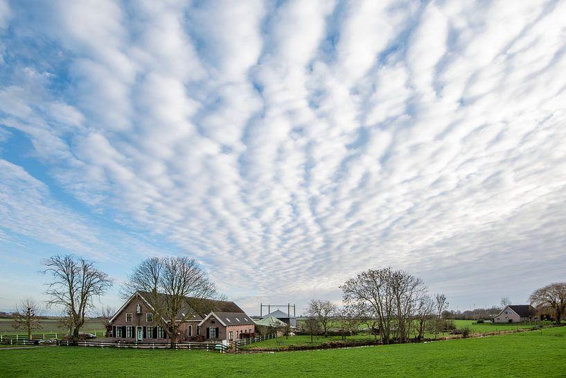 Schöne Wolken über traditionellem Bauernhof von Rob IJsselstein