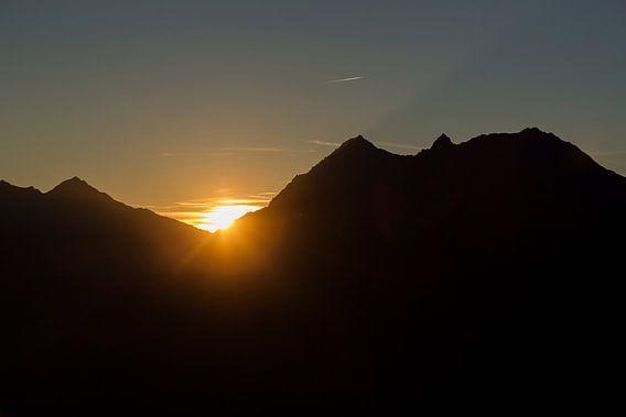 Laatste daglicht achter de bergen in de Oostenrijkse alpen