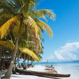 San Blas EIlanden Houten kayak op het witte strand op de in Panama van Michiel Dros