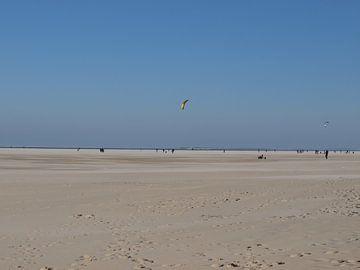 vliegeren op het strand van Esther Oosterveld