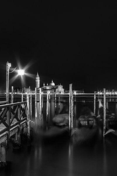 VENICE San Giorgio Maggiore at Night in black and white van Melanie Viola