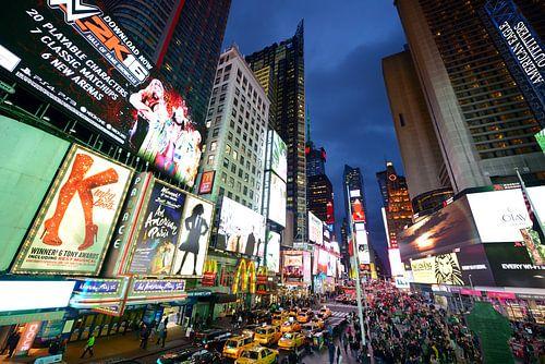 Times Square in New York in de avond van Merijn van der Vliet