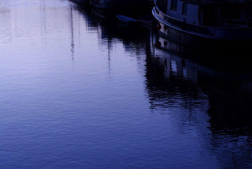 gracht in blauw avondlicht van Sagolik Photography