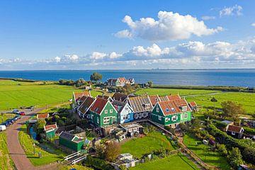 Luftaufnahme von traditionellen Häusern auf Marken aan het IJsselmeer von Nisangha Masselink