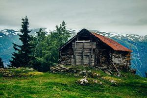 Oude schuur in de buurt van Aurland, Noorwegen van