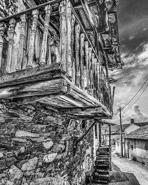 Oud balkon in het Spaanse dorpje A Rua in zwart-wit van Harrie Muis