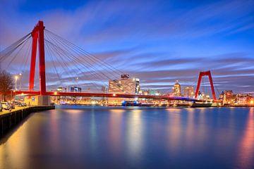 Willemsbrug Rotterdam in de avond van Rens Marskamp