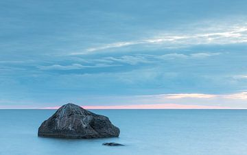 Steen in het water bij zonsondergang (Estland) van Marcel Kerdijk