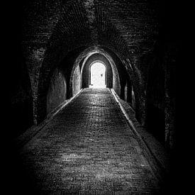 Volg het licht aan het eind van de Tunnel   Nederland   Zwart-wit foto I Straatfotografie van Diana van Neck Photography
