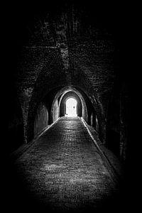 Folgen Sie dem Licht am Ende des Tunnels | Niederlande | Schwarz-Weiß-Foto I Straßenfotografie