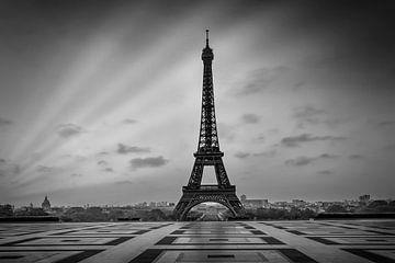 Eiffelturm beim Sonnenaufgang | Monochrom von Melanie Viola