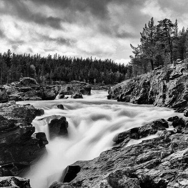 Waterval bij Ritterspranget, Noorwegen. van Johan Zwarthoed