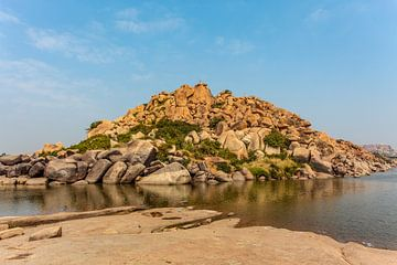 Colline de gros rochers le long du lac Chakrairtha à Hampi, Karnataka, Inde du Sud, Asie sur WorldWidePhotoWeb