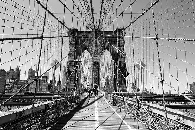 Op Brooklyn Bridge in New York (zwart-wit) van Mark De Rooij