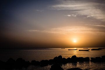 Zonsondergang in Saly, Senegal van Babet Trommelen