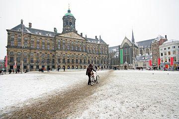 Besneeuwd Amsterdam met het koninklijk paleis op de Dam in de winter van Nisangha Masselink