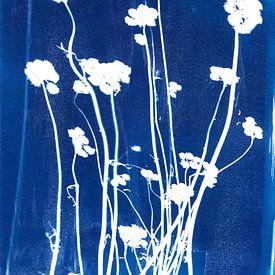 Gedroogde bloemen in blauw van Karin van der Vegt