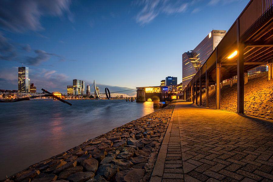 Avondfoto Skyline Rotterdam (2015) van Mark De Rooij