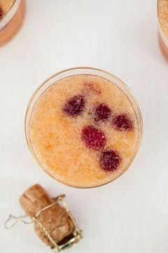 Cocktail met prosecco en framboos von Nina van der Kleij