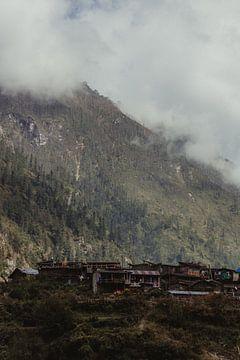 Bergdorp tussen de laaghangende wolken | Nepal van Vandaag is nu