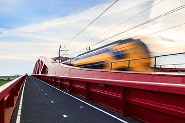 Bewegende trein over de Ijsselbrug van Christein van Hoffen