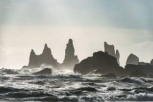 Storm bij Reynisdrangar in zuid IJsland van